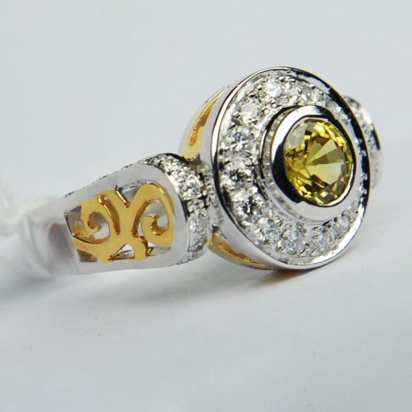 แหวนพลอยบุษราคัมทองคำขาวสองสีก้านฉลุลาย ฝังเพชรรวม
